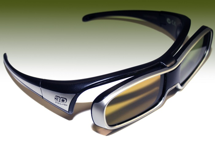 Der Versuchsperson wird eine 3-D Brille aufgesetzt (Foto:  Markus Weber  / pixelio.de)