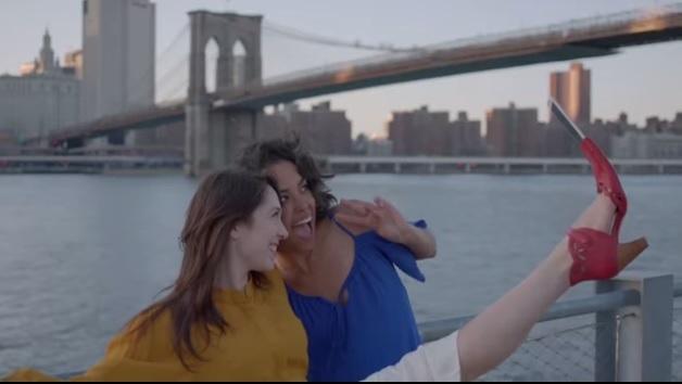 Clever: Die Selfie-SticksShoefies! (Foto: YouTube)