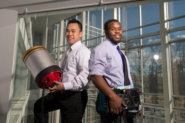 Die Studenten Viet Tran (l.) and Seth Robertson mit ihrer Erfindung auf dem Universitätscampus. (Foto: Alexis Glenn/Creative Services/George Mason University)
